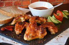 Kuracie mäso je obľúbené už od nepamäti nie len vďaka svojej skvelej chuti, dostupnosti a nízkej cene ale aj vďaka variabilite tohto pokrmu. Či už ho pripravíte pečené v celku, s plnkou, upečiete pikantné krídelká alebo ugrilujete stehná či prichystáte diétne dusené kuracie prsia, stále si pochutnáte. Aké sú však najlepšie a originálne recepty, ktoré