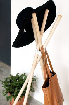 DIY hat rack all you need is 5 broom sticks and a leather cord Nifty Diy, Easy Diy, Leather Hats, Leather Cord, Cowboy Hat Rack, Diy Hat Rack, Hanging Hats, Hanging Shelves, Wooden Coat Rack