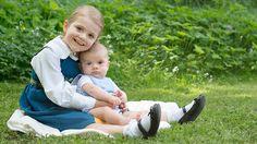 Zum Nationalfeiertag grüßt das schwedische Königshaus mit neuen Fotos von Prinzessin Estelle und Prinz Oscar.