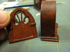 Tutorials 1 inch minis: How to make a 1 inch scale cathedral radio from paper Dollhouse Miniature Tutorials, Miniature Rooms, Miniature Crafts, Miniature Houses, Miniature Furniture, Doll Furniture, Haunted Dollhouse, Dollhouse Dolls, Dollhouse Miniatures