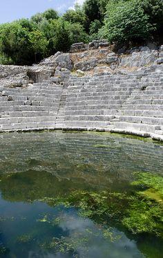 Butrint, Albania - Butrinto fue una antigua ciudad situada en el sur de Albania, cerca de la ciudad de Sarandë y de la turística isla griega de Corfú. Habitada desde tiempos prehistóricos, Butrinto ha sido una colonia griega, una ciudad romana y un obispado.