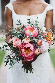 Brautstrauß mit Pfingstrosen und Eukalyptus