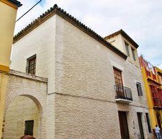 La Casa del Rey Moro. Es una de los pocas construcciones domesticas, perteneciente a los finales del siglo XV y comienzos del XVI que permanece en nuestros días, perteneciente al gótico final y los inicios del renacimiento con una importante influencia islámica que le confieren una gran riqueza.