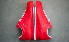 Červené tenisky sa už síce stali za posledné obdobie stereotypom u každej značky, no aj tak nie je ľahké vytvoriť kvalitné all red sneakers. Najnovšie sa tak o jeden kúsok postaral adidas Originals
