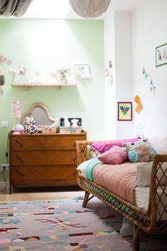 Des couleurs douces et des matières naturelles pour une ambiance fraîche et pétillante (couleurs pastel, rotin)