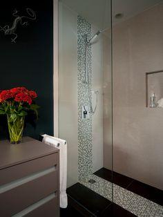 Banheiro com detalhe de pastilha branco e marrom no Box