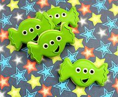 Little green men cookies from @SweetSugarBelle {Callye Alvarado} {Callye Alvarado} {Callye Alvarado} with full DIY tutorial