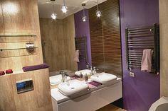 Banheiro com parede roxa.