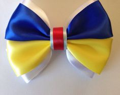 A medium inches) sized hair bow inspired by Disney's original princess. This accesory is made from quality fabric ribbon. ❧ Made from quality fabric ribbon with lots of care! ❧ Please choose your clip type using the drop down menu above the Snow White Hair, White Hair Bows, Disney Princess Hairstyles, Princess Hair Bows, Pelo Princesa Disney, Softball Hair Braids, Braided Hairstyles For Wedding, Prom Hairstyles, Disney Hair Bows