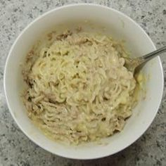 Dorm Room Cheesy Tuna and Noodles - Simple single serve recipe that utilizes a package of any flavour ramen noodles and a can of tuna***The only additional ingredient is two slices of cheese. Top Ramen Recipes, Ramen Noodle Recipes, New Recipes, Dinner Recipes, Pasta Recipes, Recipies, Ramen Noodles Ingredients, Roman Noodles, Rezepte
