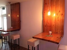 Liquid Gloss kunstwerken, een ingegoten boomstronk als tafel en bar. In samenwerking met de interieurontwerper verzorgden wij de gehele inrichting van de bar van de jachthaven Barkaris in Loosdrecht.