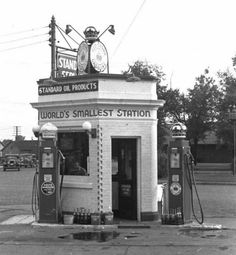 1930/'s STANDARD OIL GAS STATION /& ATTENDANTS PHOTO-CROWN GLOBE PUMP AMERICANA