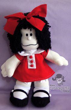 Inspirada na famosa Mafalda criada pelo argentino Quino. É uma menininha preocupada com a Humanidade e a paz mundial que se rebela com o estado atual do mundo. Ver mais em http://pt.wikipedia.org/wiki/Mafalda  O corpo da boneca é feito em malha com enchimento anti-alérgico. O vestido, calção e laço são de algodão. A meias também são de malha e os sapatos em feltro. O rosto é pintado à mão com tinta anti-alérgica e o cabelo é de lã crespa preta.  Confome o gosto, pode-se moificar a estampa do…