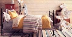 ブラックのスチールベッドと、ストライプと花柄の掛け布団カバーセット