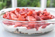 Jordbærkage med makroner - no bake kage | nogetiovnen.dk Cake Cookies, Cupcake Cakes, Fodmap, Fruit Salad, Sweet Recipes, Tapas, Nom Nom, Food And Drink, Strawberry