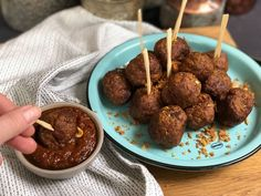saté gehaktballetjes : borrelsnack met pindasaus - Familie over de kook Quick Side Dishes, Ketchup, Snacks, Ethnic Recipes, Easy, Food, Entertaining, Tapas Food, Appetizers