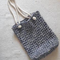 A Quick and Easy Crochet Pattern: The Nautical Market (or not) Bag ~ Yarnistas Crochet Handbags, Crochet Purses, Crochet Shell Stitch, Free Crochet, Cast Off, Crochet World, Market Bag, Easy Crochet Patterns, Purses And Bags