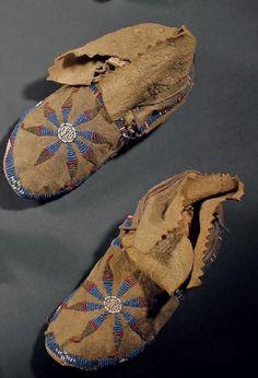 "Мокасины Пауни, узор ""утренняя звезда"". Конец 19 века. Длина 24 см. Binoche et giquello, декабрь 2011."