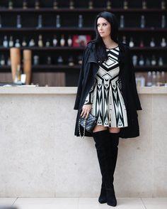 Look MARLINDO do dia!! E esfriou em SP! Trench coat (gente como amo um trenchzinho, fica tão chique, tão versatil), vestido AND bota (deusa master do universo) da @passarela! E o vestido tendência forte, geometrismo! Bolsa Chanel para @Madrestore ❤️ #asuapassareladamoda #amopassarela #QGfhits #fufunaspfw @fhits
