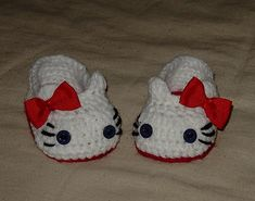 Crochet Hello Kitty Slippers, House shoes, Sizes for Child-Preteen pattern by Cathy Ren ~ available on Ravelry Crochet Hello Kitty, Chat Hello Kitty, Hello Kitty Shoes, Crochet Crafts, Yarn Crafts, Crochet Projects, Knit Crochet, Ravelry Crochet, Crochet Baby Booties