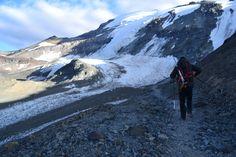 La ruta de subida pasa colindante con el glaciar Iver. El del fondo es el llamado glaciar colgante que es más vertical y técnico.