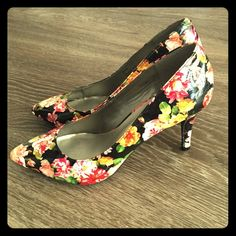 ❌FINAL PRICE✂️New Retro Floral Heels Brand new floral patterned heels. I just think these shoes are so cool and unique! What a perfect way to add color and personality to an outfit. I think these heels paired with a pop of red earrings or lip color on a solid black or cream colored outfit would look so classic! 143 Girl Shoes Heels