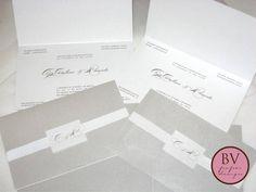 Convite de casamento, formato 21x13 cm., em papel Relux Duetto 180g (papel especial com 2 faces diferentes), vinco, acabamento com tag com as iniciais dos noivos e fita de gorgurão 1,5 cm., com impressão em serigrafia.