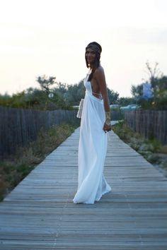 Adoptez un style bohème avec une longue robe blanche et des tatouages éphémères dorés Sioou comme la blogueuse Juny Sixty Five