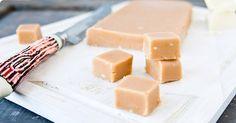 Vit chokladfudge med citron - in swedish White Chocolate Fudge, Candy Recipes, Christmas Treats, Feta, Tart, Lemon, Yummy Food, Sweets, Cheese