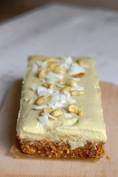 Delicious and healthy raw carrot cake gluten free rafined sugar free vegan alternative Healthy Cake, Healthy Cookies, Healthy Sweets, Healthy Baking, Raw Food Recipes, Sweet Recipes, Cake Recipes, Raw Carrot Cakes, Sugar Free Vegan