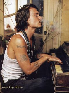 he is so foxy. Johnny Depp love!!