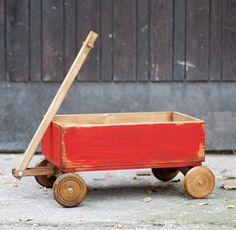 Carro vintage hechos a mano pintados con pintura roja, no tóxicos y agobiados. Puede ser utilizado tanto con la fotografía de bebés recién nacidos o más