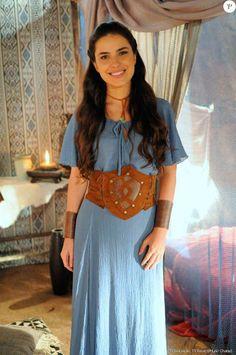 Aruna (Thais Melchior) vestido azul, figurino Hebréias A terra prometida