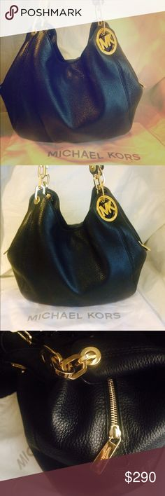 🎁 LIKE NEW MICHAEL KORS SHOULDER BAG 🎁 This beauty was bought from Macy's couple of months ago. Only used couple of times. AUTHENTIC MICHAEL KORS, comes with dust bag.  Price is negotiable as long as it's not low balling. It has 3 compartments. Primary one is with golden zipper with branding, and 2 side compartments with click buttons. Also has interiors pocket with and without zip. 🎁 Michael Kors Bags Shoulder Bags