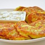 Zucchini fritters with cheese and garlic Zucchini Fritters, Zucchini Pancakes, Potato Side Dishes, Main Dishes, Potato Recipes, Vegetable Recipes, Good Food, Yummy Food, Recipes