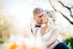 Das Brautpaarshooting ist auch da um sich zu geniessen. Heiraten in der Toskana. Wedding Dresses, Photography, Fashion, Tuscany, Getting Married, Weddings, Bride Dresses, Fotografie, Moda