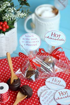 Hot chocolate on a stick Non Alcoholic Drinks, Xmas Gifts, Homemade Gifts, Hot Chocolate, Sprinkles, Food To Make, Christmas Decorations, Christmas Ideas, Projects To Try