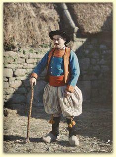 Autochrome de Georges Chevalier (1920) . Bigoudin en costume de jeune marié .Penmarc'h (Finistère).