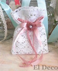 Μπομπονιέρα γάμου πουγκί δαντέλα με χειροποίητο λουλουδάκι