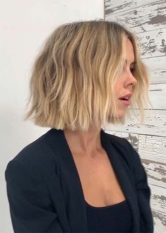 Awesome Blunt Bob Haircuts to Create in Year 2019 Lob Haircut awesome blunt bob Create Haircuts year Blunt Bob Haircuts, Choppy Bob Hairstyles, Short Blunt Haircut, Bob Hairstyles How To Style, Thick Hair Bob Haircut, Short Blunt Bob, Cute Bob Haircuts, Messy Short Hair, Natural Hairstyles