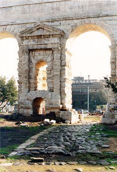 Porta Maggiore,  Una delle arcate con strada antica romana (Yosafat Cáceres Baeza)