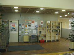 Kirjastossa on paljon yksittäisiä hyllyjä hieman eksyksissä.