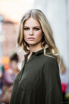 sultry makeup, loose waves & green top #beauty #streetstyle #model