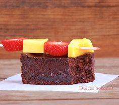 Dulces bocados: Brownie con brocheta de fresa y mango