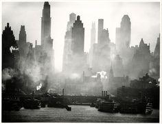 Eine Ausstellung im Hamburger Bucerius Kunst Forum zeigt stilbildende Schwarz-Weiß Fotografien der Millionenstadt zwischen 1890 und 1950.