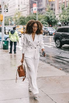Spring Summer 2019 Street Style from New York Fashion Week by Collage Vintage Street Style New York, New York Style, Fashion For Women Over 40, Black Women Fashion, White Fashion, Estilo Street, Outfit Elegantes, Solange, All White Outfit