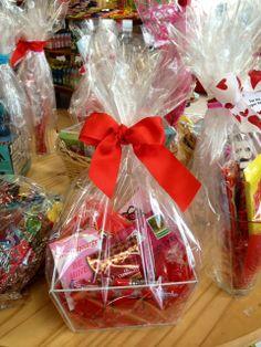 16 Ideas Diy Gifts Baskets Kitchen For 2019 Valentine Decorations, Valentine Crafts, Valentine Day Gifts, Diy Phone Case Design, Cadeau St Valentin, Candy Bouquet Diy, Pinterest Valentines, Valentines Day Baskets, Valentine's Day Gift Baskets