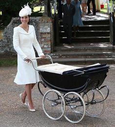 Unvergessen bleibt die Taufe von Prinzessin Charlotte, zu der die Herzogin ein weißes Kleid von Alexander McQueenmit passendem Hut auswählte. Wenige Monate zuvor ...