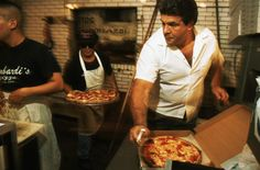 The best historic pizza restaurants in New York - Spend more than five minutes in New York and you'll start to understand how much the locals love pizza. There are more pizza joints on a typical block than garbage cans, mailboxes and parking spaces. Best Pizza In Nyc, New York Pizza, Good Pizza, Pizza Restaurant, Restaurant New York, Local Pizza, Pizza Joint, Usa Holidays, New York Travel