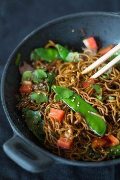 Asiatische Nudeln mit Gemüse und Fleisch